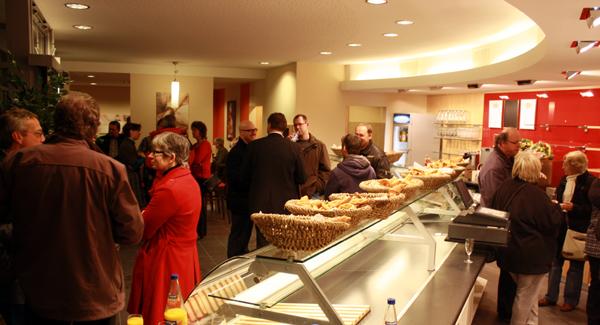 Empfang zur Wiedereröffnung mit Café: Filiale der Albkorn-Bäckerei Marquardt in Großengstingen. Foto: Gerhard Schindler