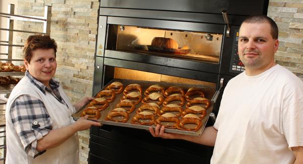 Frisch gebackene Albkorn-Bäcker: Elsbeth Bayer und ihr Sohn Martin Bayer. Foto: Gerhard Schindler