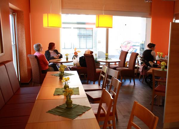 Sitzplätze im Café der Albkorn-Bäckerei Bayer in Reutlingen-Mittelstadt. Foto: Gerhard Schindler