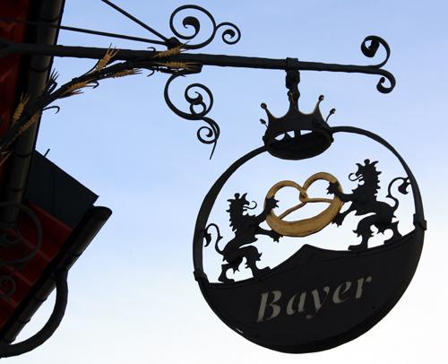 Schmiedeeisernes Schild der Bäckerei Bayer in Reutlingen-Mittelstadt. Foto: Gerhard Schindler