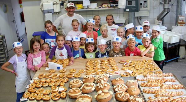 Ferienprogrammkinder aus Sonnenbühl mit Albkorn-Bäckermeister Michael Haug
