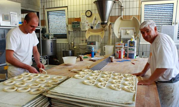 Beim Brezelschlingen in der Backstube der Albkorn-Bäckerei Knöpfle in Ehingen. Foto: Gerhard Schindler