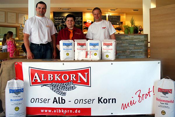 Martin und Elsbeth Bayer mit Albkorn-Müllermeister Thomas Manz. Foto: Martin Lang
