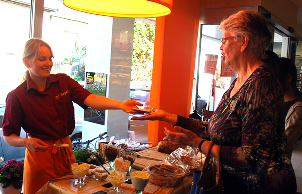 Für jeden gab's Brot aus Albkorn-Mehl zum Probieren. Foto: Martin Lang