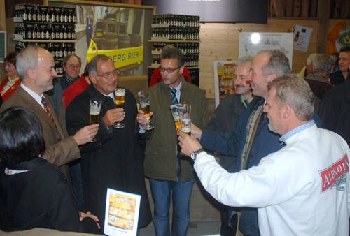 Anstoßen auf den Beitritt der Berg Brauerei zu Albkorn