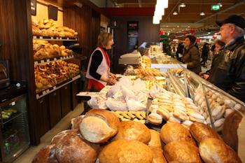 Albkorn-Backwaren der Bäckerei Glocker im neuen REWE-Markt Münsingen. Foto: Gerhard Schindler