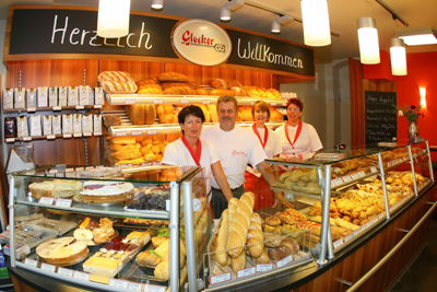 Albkorn-Bäckermeister Klaus-Dieter Glocker mit Ehefrau Roswitha und Mitarbeiterinnen in Trochtelfingen. Foto: Dieter Reisner