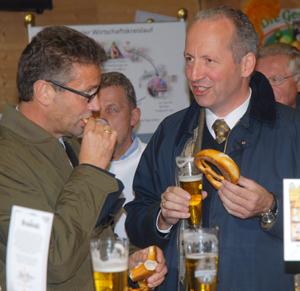Minister Hauk und Brauer Zimmermann genießen Bier und Brezeln aus Albkorn