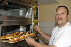 Albkorn-Bäckermeister Tronje Marquardt mit frisch gebackenen Brezeln. Foto: Markus Niethammer