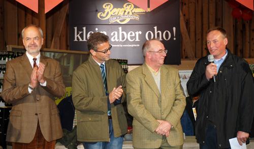 Albkorn-Landwirt Helmut Holzschuh begrüßt Landrat Reumann, Minister Hauk und Müller Luz