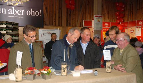 Berg-Geschäftsführer Uli Zimmermann unterschreibt den Vertrag mit Albkorn