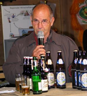 Hans-Georg Baum bei der Brot- und Bier-Verkostung in der Albkorn-Halle