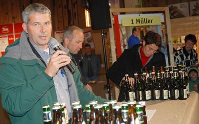 Roman Lenz moderiert die Brot- und Bier-Verkostung in der Albkorn-Halle