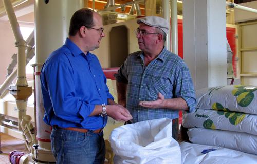 Einzigartige Qualität: Albkorn-Bäcker Hans Wucherer überzeugt sich bei Müllermeister Erwin Luz von der Güte der frischen Albkorn-Ernte. Foto: Rainer Fieselmann