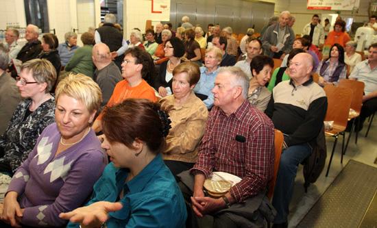 Gäste, wo sonst gebacken wird: Volle Backstube beim Info-Abend der Bäckerei Marquardt. Foto: Joachim Baier