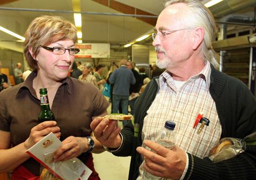 Wissen, was drin ist: Besucher beim Info-Abend der   Albkorn-Bäckerei Marquardt. Foto: Joachim Baier