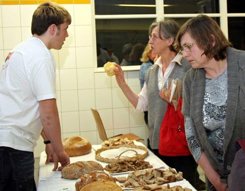 Wissen, was drin ist: Mitarbeiter der Albkorn-Bäckerei Marquardt informieren über Brotsorten. Foto: Joachim Baier