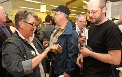 Wissen, was drin ist: Biersommelière Gertrud Hauler schenkt Berg-Bier aus. Foto: Joachim Baier