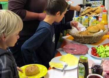 Grundschüler aus Kleinengstingen frühstücken mit Bäckman und der Albkorn-Bäckerei Marquardt