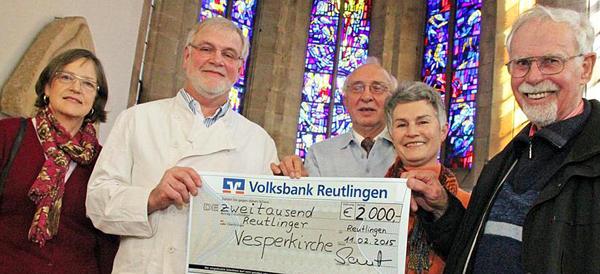 Ulrike und Edmund Sautter (von links) von der Albkorn-Bäckerei Sautter aus Eningen u.A. mit den Organisatoren der Reutlinger Vesperkirche. [Foto: Norbert Leister]