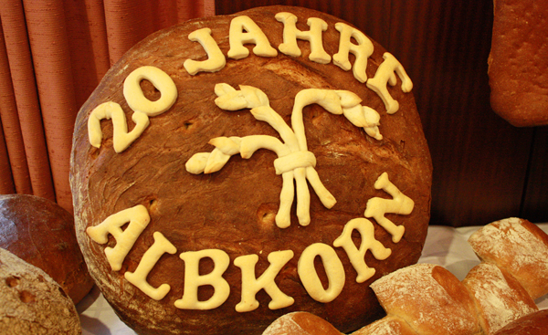"""Kunstvolles Brot mit der Aufschrift """"20 Jahre Albkorn"""" [Foto: Gerhard Schindler]"""