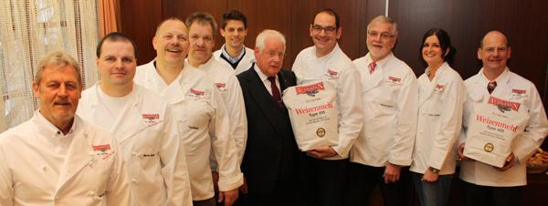 Die (meisten) Albkorn-Bäcker mit Albkorn-Initiator Wolfgang Sautter (im Anzug). [Foto: Gerhard Schindler]