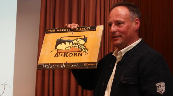 Historisch wertvoll: Helmut Holzschuh präsentiert die erste Feldtafel der Albkorn-Landwirte. [Foto: Gerhard Schindler]