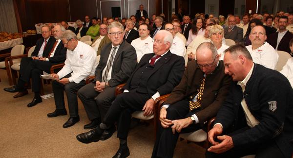 Gut 120 Gäste füllten den großen Sitzungssaal im Gomadinger Rathaus bis in den Flur hinaus. [Foto: Gerhard Schindler]