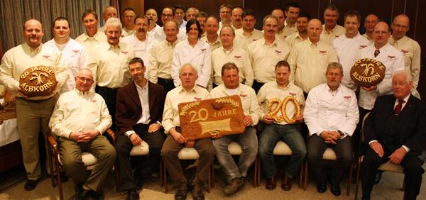 Die aktuelle Albkorn-Gemeinschaft samt Initiator Wolfgang Sautter (rechts) und Pflanzenbauberater Wendelin Heilig (links). [Foto: Gerhard Schindler]