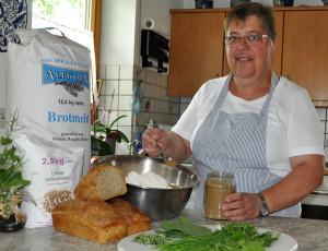 Inge Striebel nimmt das Albkorn-Brotmehl für ihr Kräuterbrot. [Foto: Christina Kirsch]
