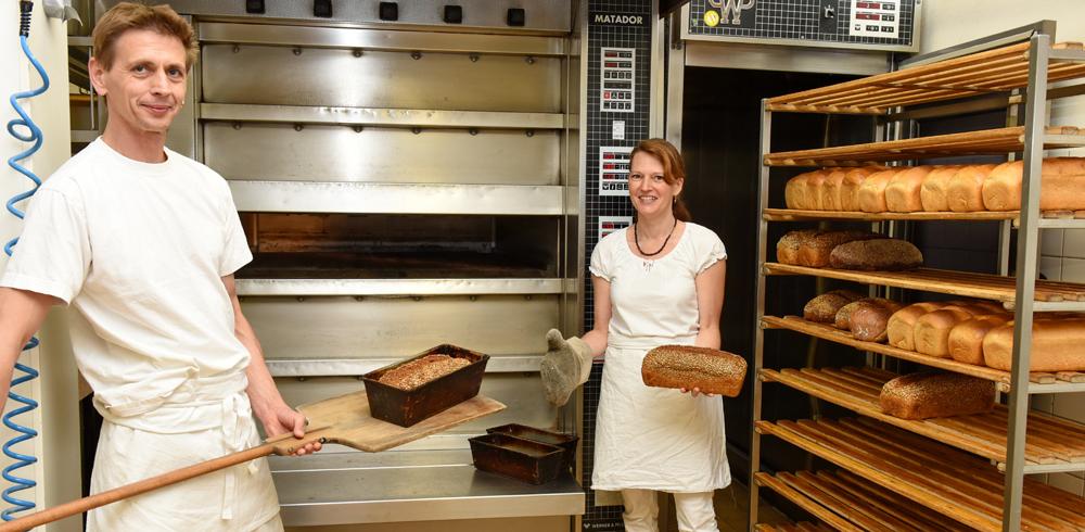 Albkorn-Bäckermeister Markus Schnurr und seine Frau Nicole Mozer in der Backstube. [Foto: Uschi Pacher/GEA]