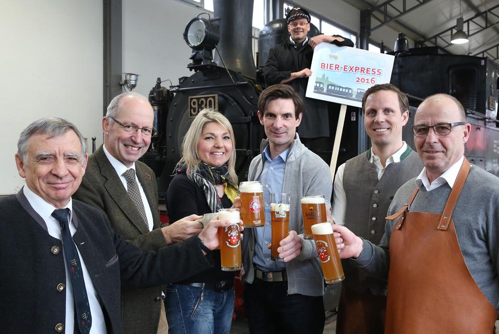 Sechs Bierbrauer von der Alb vor der Dampflok für den Bier-Express. [Foto: Thomas Warnack]