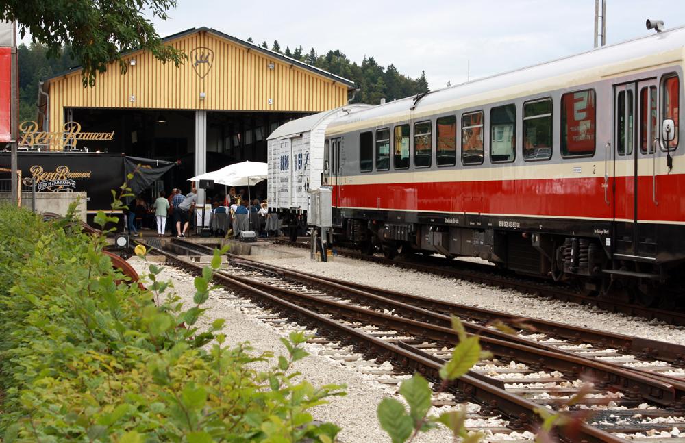 Lokschuppen Münsingen mit Waggons und Berg-Bier-Stand.