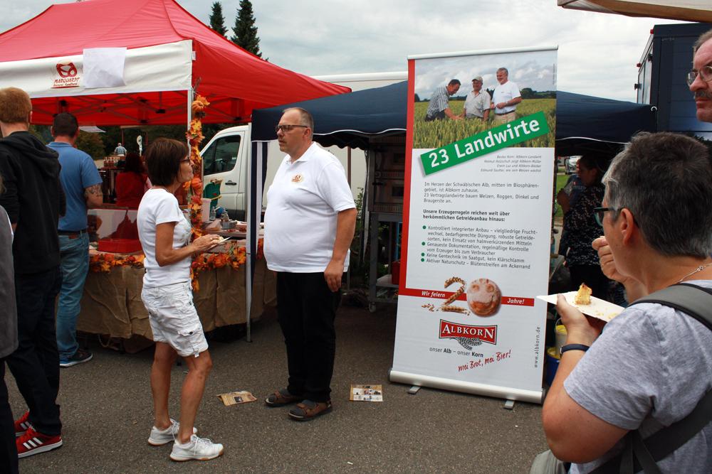 Albkorn-Bäcker Tronje Marquardt im Gespräch vor seinem Stand.