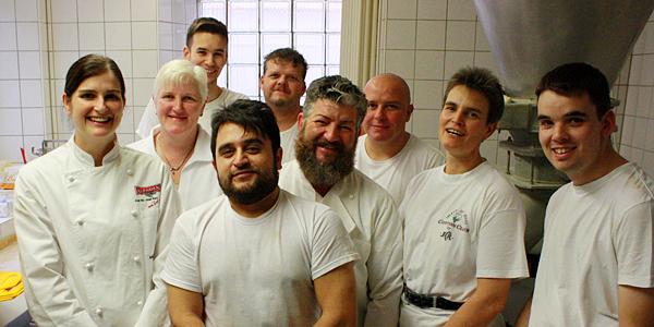 Das Team aus der Backstube der Bäckerei Sautter mit Bäckermeisterin Anika Schäfer (links). Foto: Gerhard Schindler