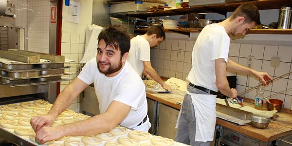Drei Bäcker arbeiten in der Backstube. Foto: Gerhard Schindler