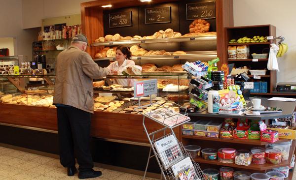 Neben der Albkorn-Bäckerei Haug gibt es auch eine Theke der Metzgerei Pfeiffer und ein Sortiment an Süßwaren und Lebensmitteln