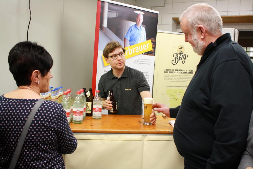 Franz Weisser, Marketingleiter, schenkt Berg-Bier aus.