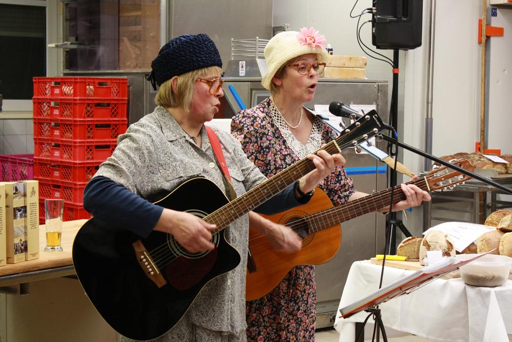 """Die beiden """"Fleckenrätschen"""" Sigrun Albrecht und Edith Wanderer unterhielten mit Songs und Sketchen."""