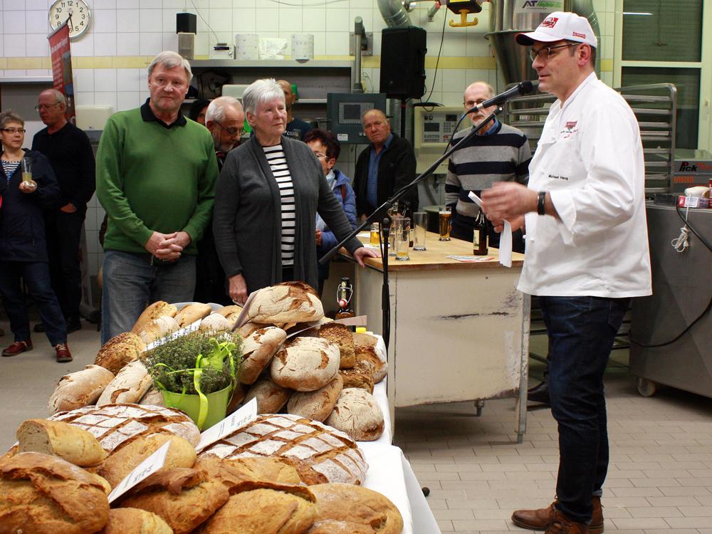 Albkorn-Bäckermeister Michael Haug begrüßt die Gäste in seiner Backstube.