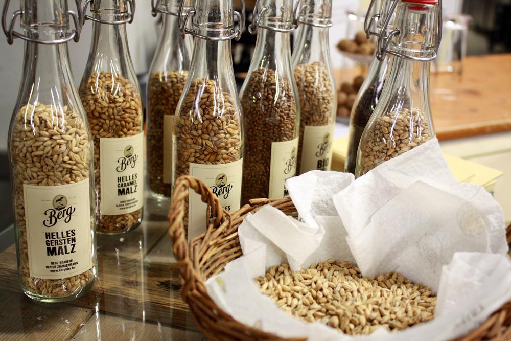 Albkorn-Braugerste im Korb und verschiedene Arten von Malz.