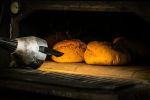 Zwei Brote im Holzbackofen