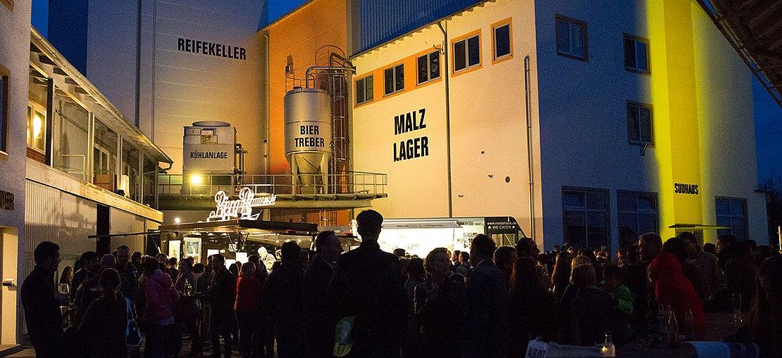 Besucher bei der Nacht der offenen Brauerei in Berg