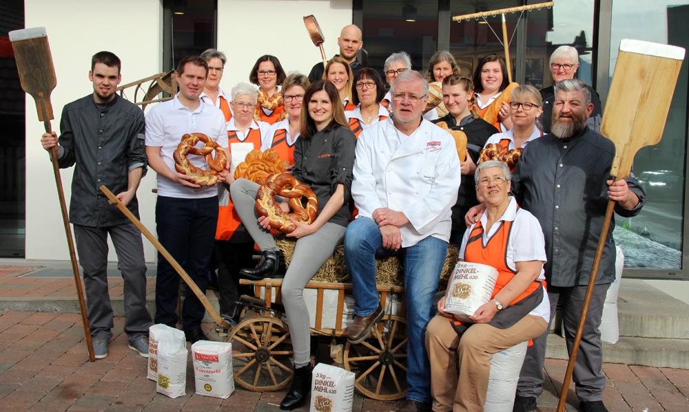90 Jahre Bäckerei Sautter in Eningen u.A.: Inhaberin Anika Schäfer und ihr Vorgänger Edmund Sautter im Kreis ihrer Belegschaft.