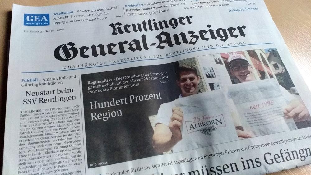 Simon Glocker und Michael Haug von der Erzeugergemeinschaft Albkorn auf der Titelseite des Reutlinger General-Anzeigers